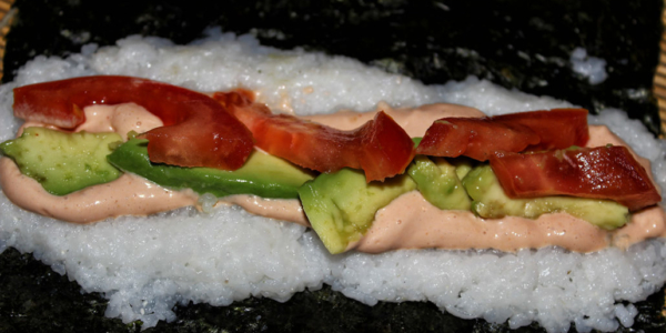 Sushi mit Avocado, Tomate & Cocktailsauce – vegan & glutenfrei
