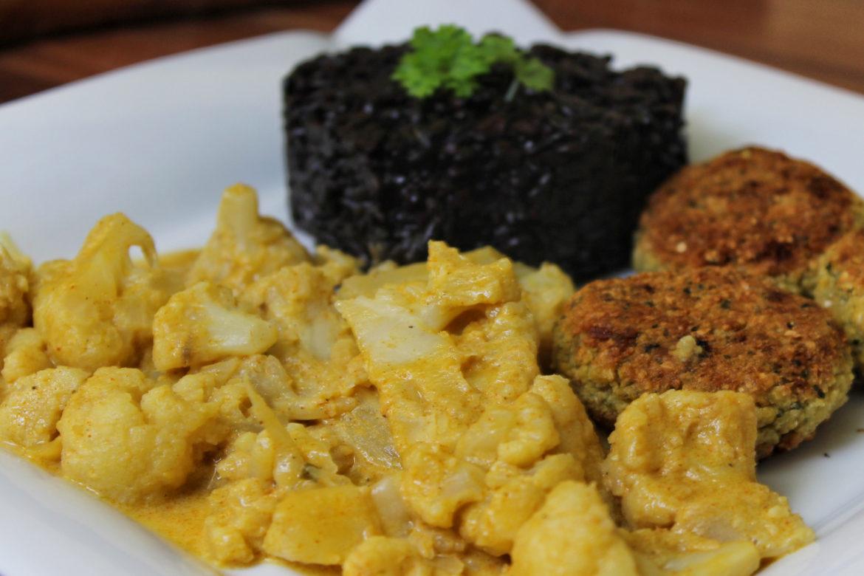 Blumenkohl-Erdnuss-Kokos-Curry mit Falafel & schwarzem Risotto