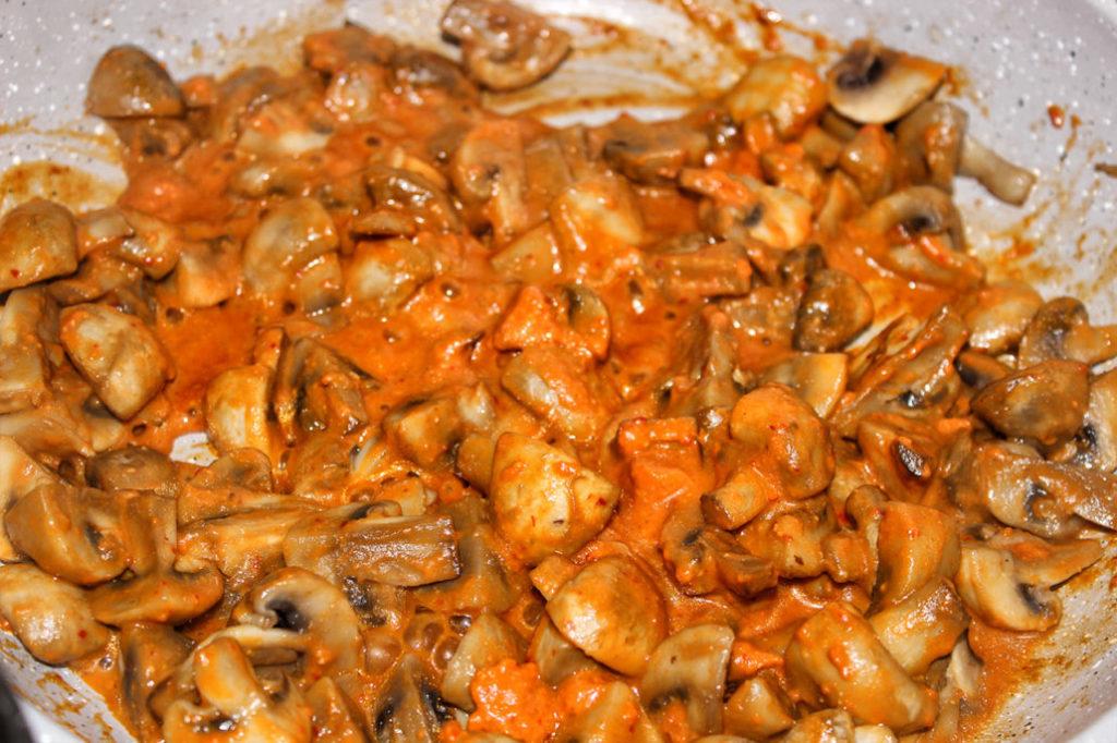 Champignon-Pfanne mit Paprika-Cashew Creme