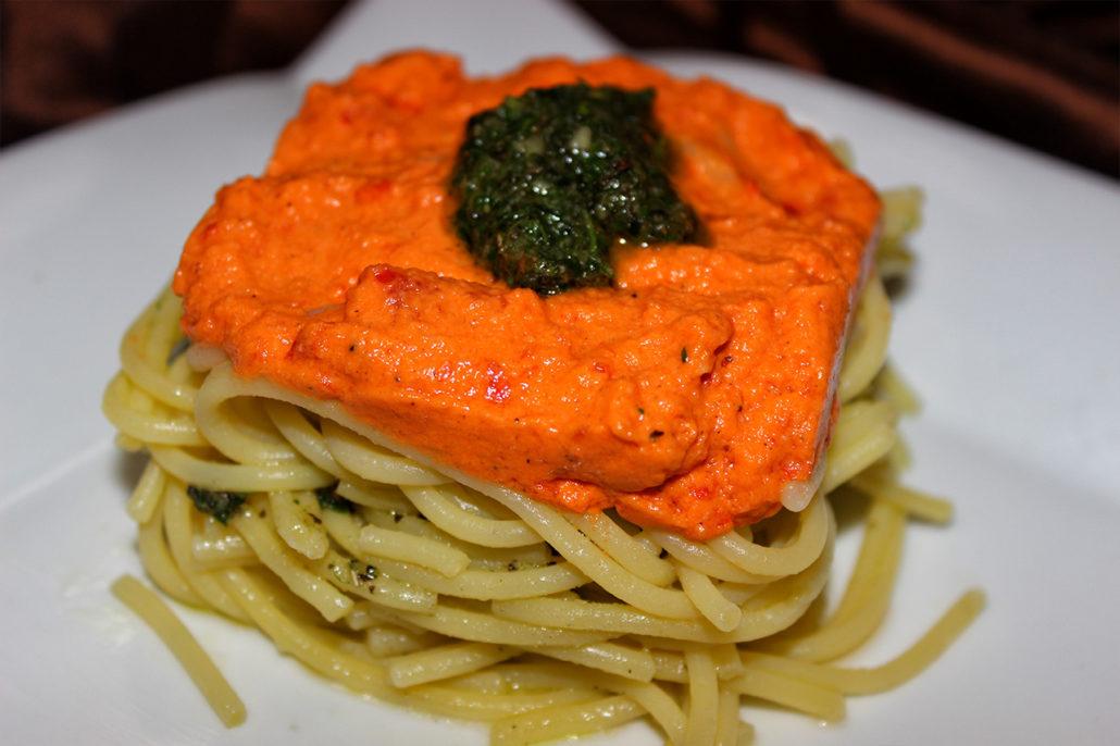 Geschichtetes Spaghetti-Pesto-Nest