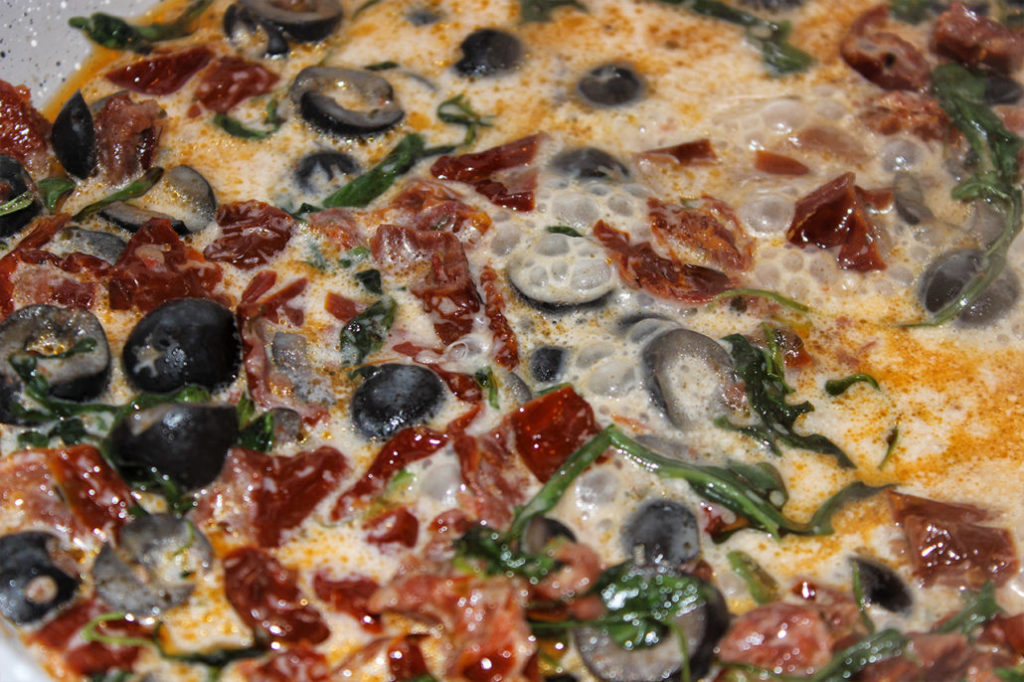 Getrocknete Tomaten Oliven-Kokosmilch Pfanne