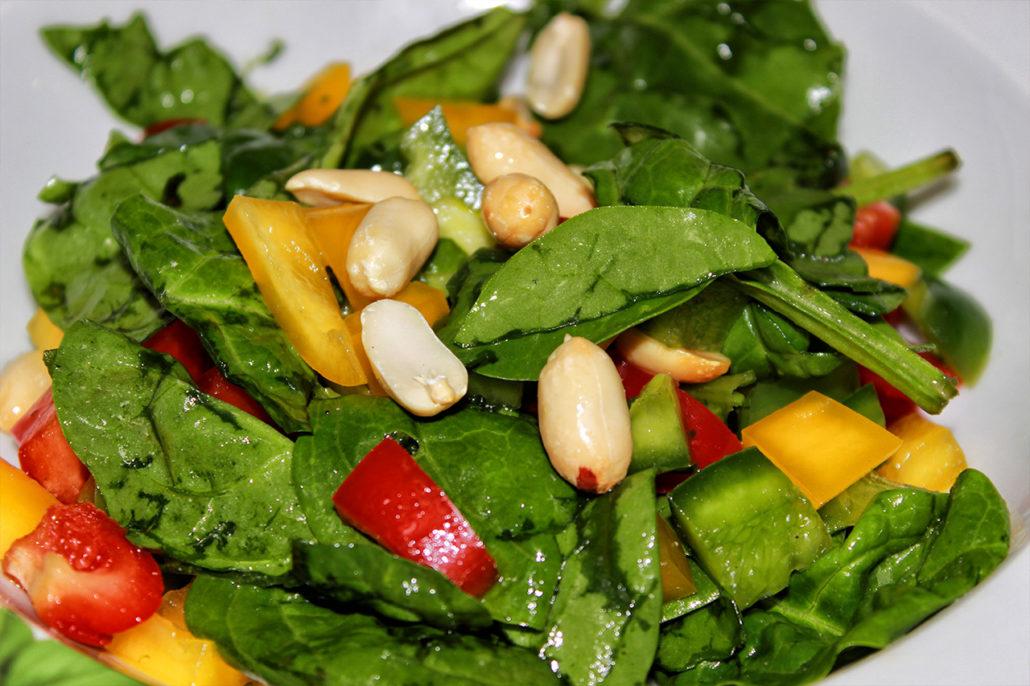 Blattspinat-Salat mit Erdnüssen
