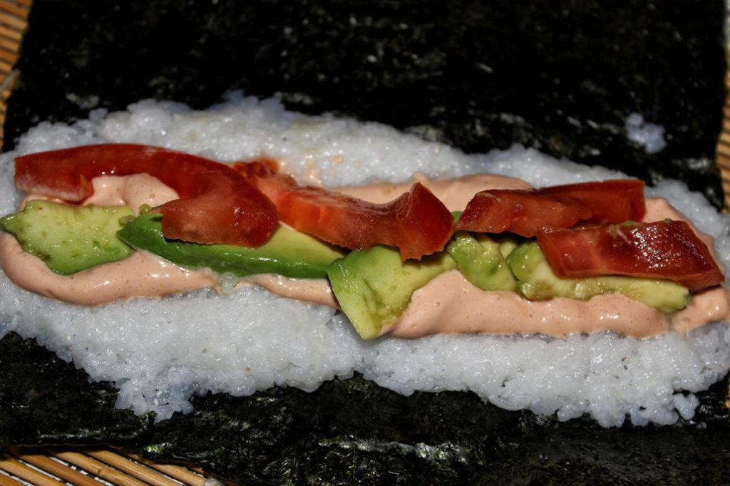 Sushi mit Avocado, Tomate & Cocktailsauce - vegan & glutenfrei