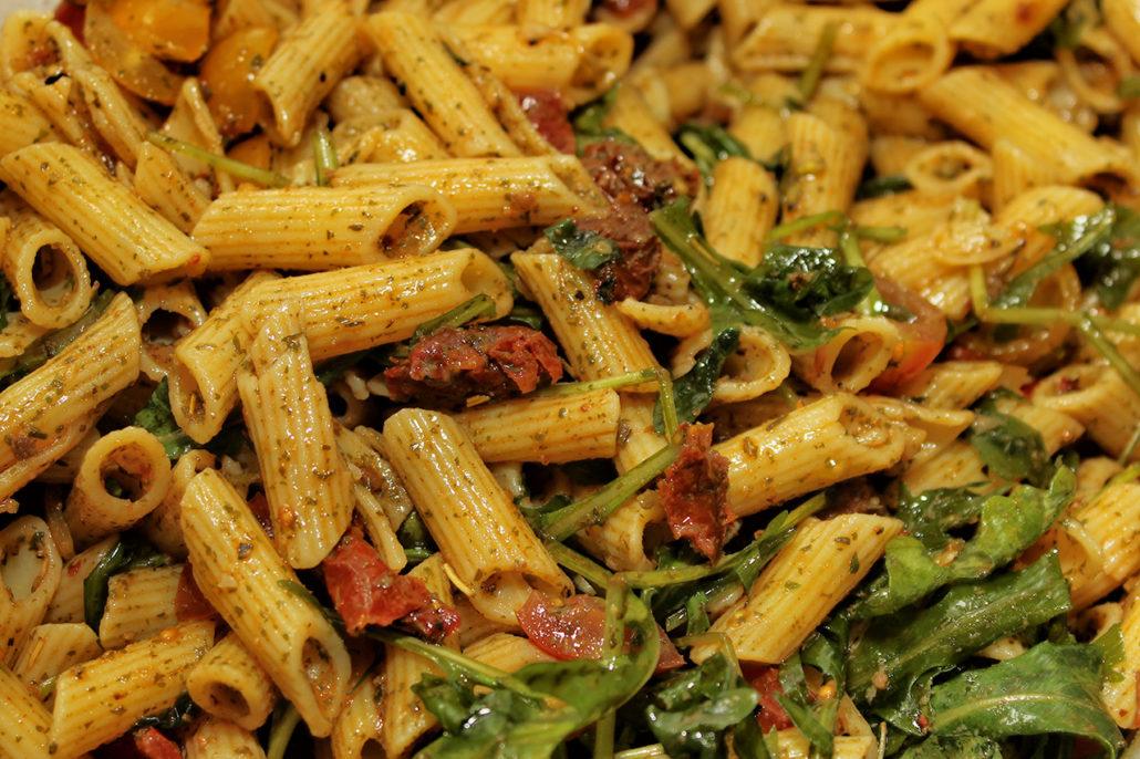 Veganer mediterraner Nudelsalat mit getrockneten Tomaten & Rucola