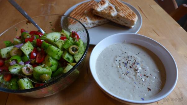 Vegane griechische Auberginencreme mit Faldenbrot und Salat