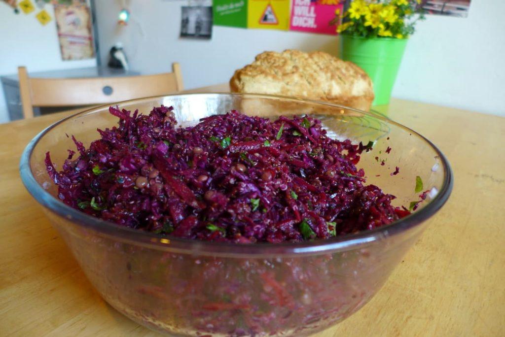 Roter Quinoa-Salat – vegan, glutenfrei und zuckerfrei