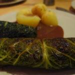 Vegane Kohlrouladen mit Kartoffeln und brauner Soße