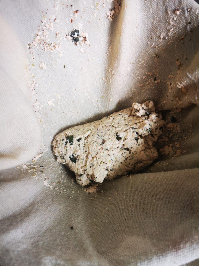 Panir - Sojamilch in Tuch abfüllen