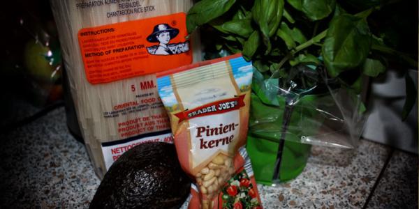 Zutaten für Reisnudeln mit Avocado-Basilikum Pesto