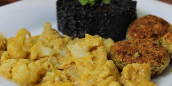Afrikanischer Blumenkohl mit Falafel und schwarzem Risotto