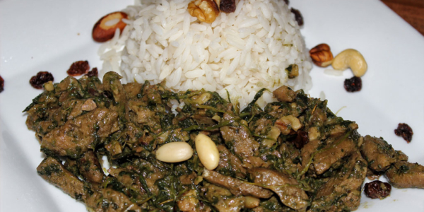 Falsches Lamm – Tofu mit Rosinen, Spinat & Nüssen