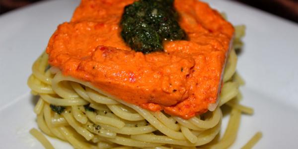 Geschichtetes Spaghetti-Pesto-Nest – vegan & glutenfrei