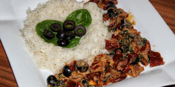 Getrocknete Tomaten und Oliven in Kokosmilch