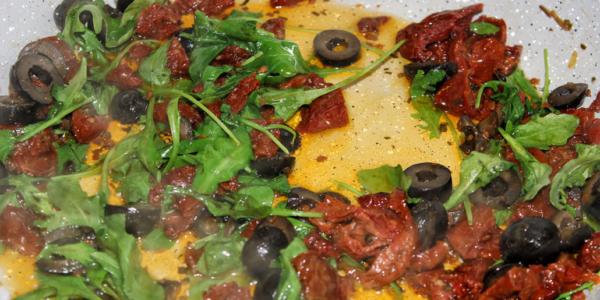 Getrocknete Tomaten-Oliven-Rucola Pfanne