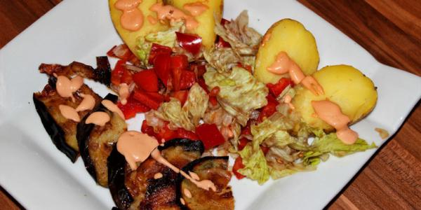 Ofenkartoffel mit Salat, Aubergine und Cocktailsauce – vegan und glutenfrei