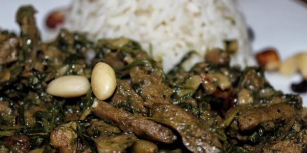 Soja-Geschnetzeltes mit Rosinen, Spinat & Nüssen in Kokosmilch