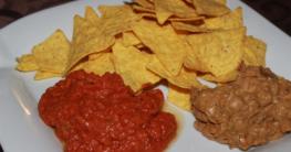 Tortilla Chips mit Avocado und Tomaten-Zwiebel Dip
