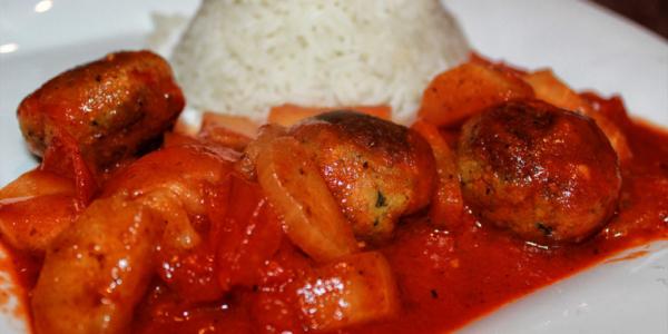 Vegane Fleischklöse – Falafel-Tomate Pfanne