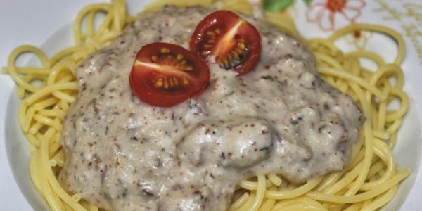 Vegane Spaghetti Carbonara mit Cashew-Käsesauce und Rauchmandeln – glutenfrei & zuckerfrei