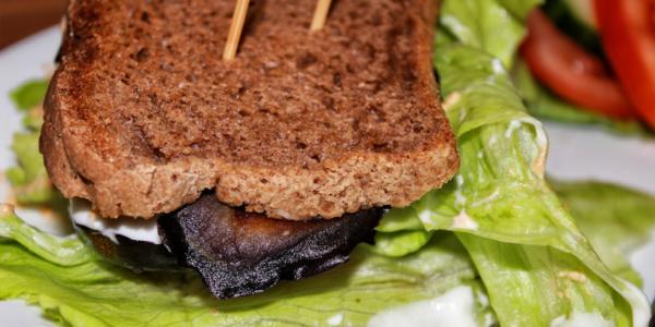 Veganes glutenfreies Auberginen-Sandwich
